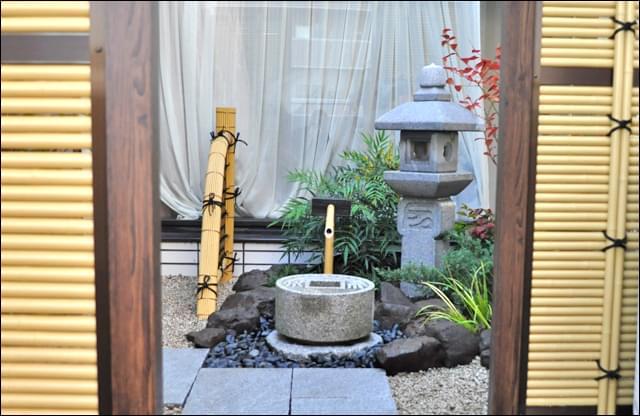 窓に囲まれたバルコニーで表現する坪庭デザイン