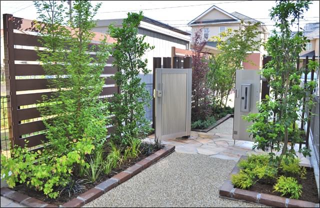 樹脂ウッドフェンスを設置する事で、お庭にプライベート感を