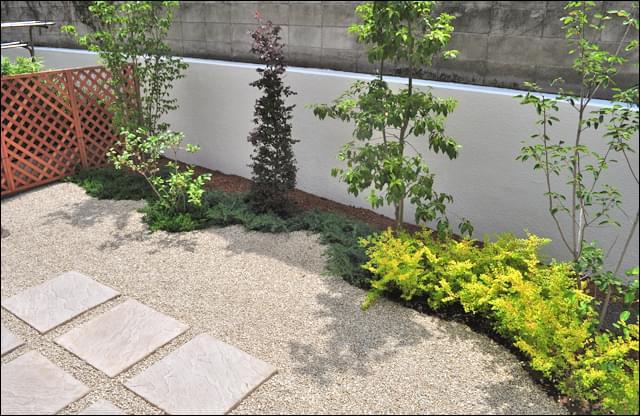 庭木が色鮮やかな専用庭へリフォーム