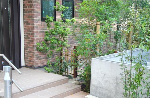 人工竹垣が迎える庭の入り口