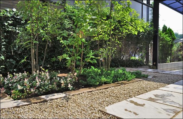 フラットなお庭設計で歩きやすく