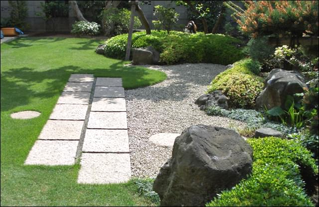 低木のラインがそのまま和庭のデザインに