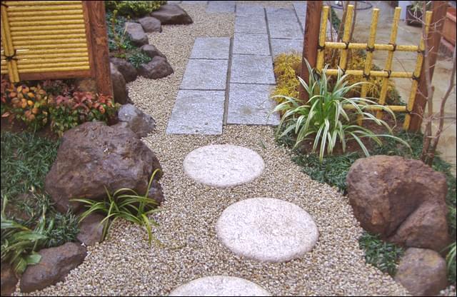 人工竹垣で程良く区切られた庭