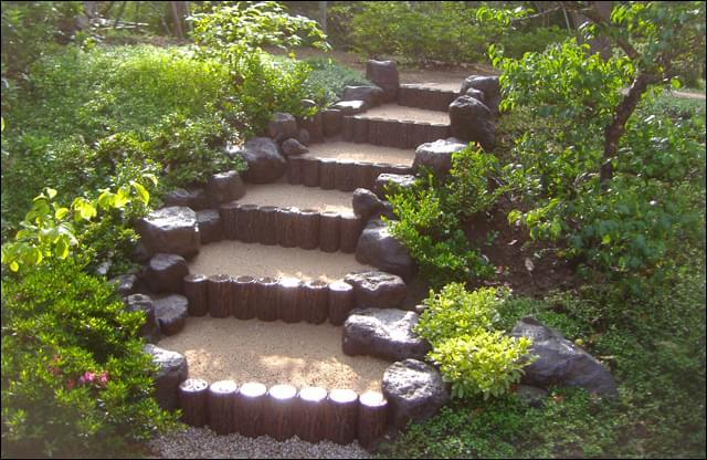 ナチュラルガーデンに溶け込む自然味ある階段周り