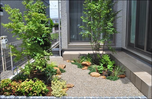 庭石もレイアウトした洋風坪庭の眺め