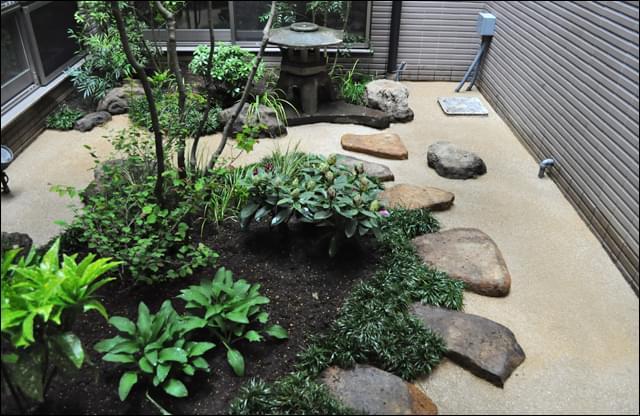細部まで雑草対策を施した坪庭スペース