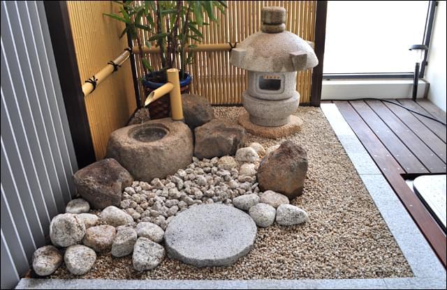 床面を保護しながら制作した坪庭