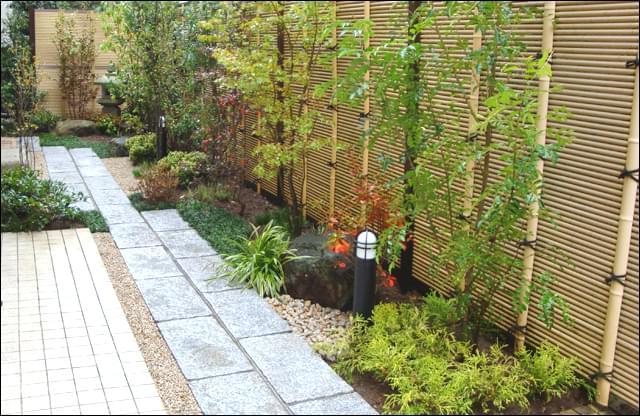 敷地の外からも眺められる、庭のアングル