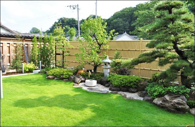 人工竹垣を背景に、黒松を主木とした和庭