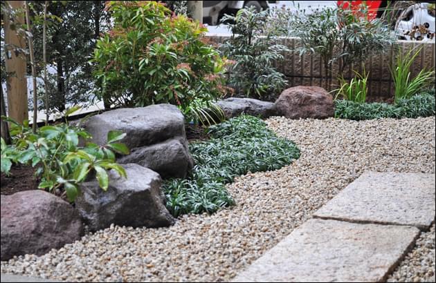 庭の中で個性的な表情と動きを見せる庭石