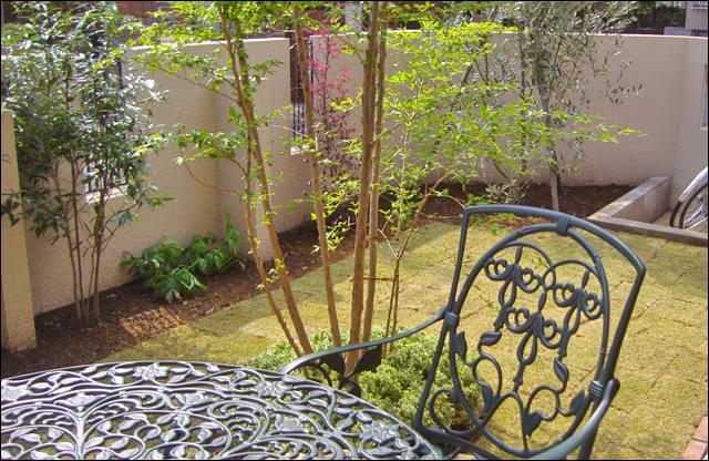 庭木に囲まれた気持ちの良いテラス