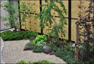 和庭の背景となる人工竹垣