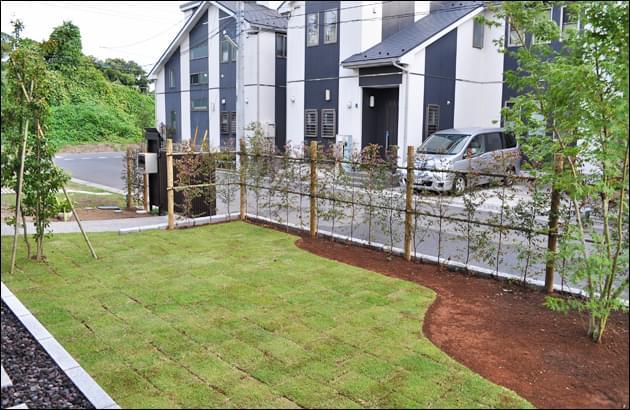 和のお住まいに合わせる芝生空間