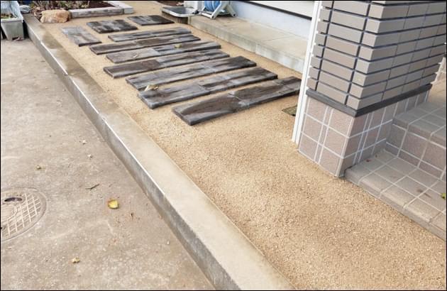 枕木風コンクリート平板と雑草対策の組み合わせ