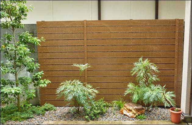 背後の塀をワンポイントで目隠しする樹脂フェンス