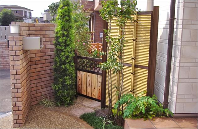 目隠し様の人工竹垣の袖垣と木戸のある風景