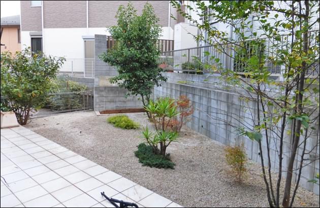 化粧砂利敷きによって雑草対策を終えた庭