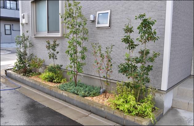 植木の色合い、生長度、メンテナンス性を考慮した植栽計画を