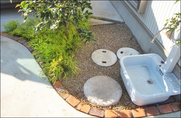水周りも快適な空間になる砂利敷き仕上げ