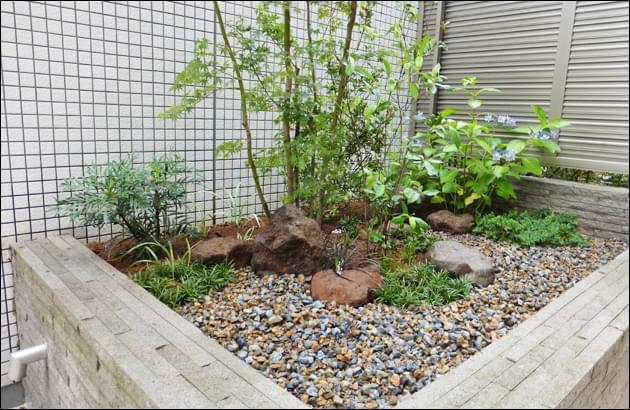坪庭メンテナンス時の踊り場ともなる砂利敷き空間