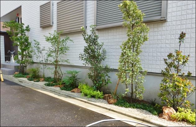 シェードガーデンとして植木や庭石が通りを華やかに彩ります