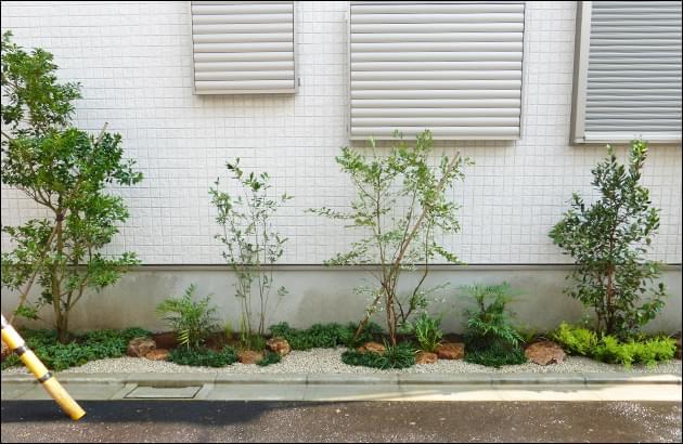 通りも美しく彩る優しい印象の小庭