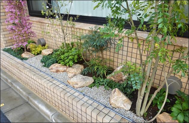 デザインの要となる庭石と低木類