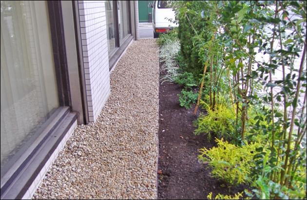 植栽の生育が困難な場所は砂利敷き仕上げに