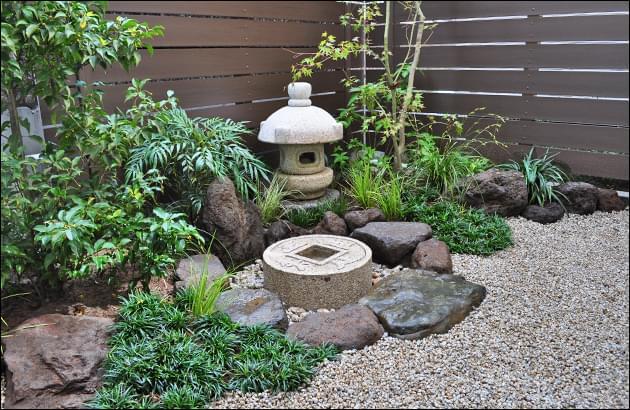 小さな庭ながら和風の意匠が随所に散らされた、坪庭風デザイン