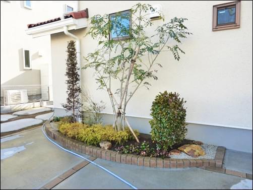 花壇の中へ様々な色彩を持った植木を植栽