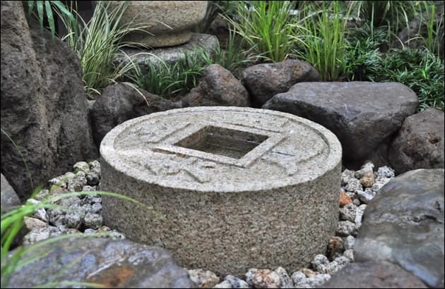 台石を使用せず埋め込み式で据えられた手水鉢