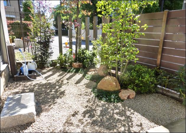 樹脂フェンスの裏側も明るい庭に