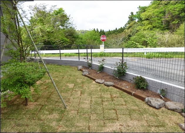 植物をナチュラルに引き立てる自然風花壇