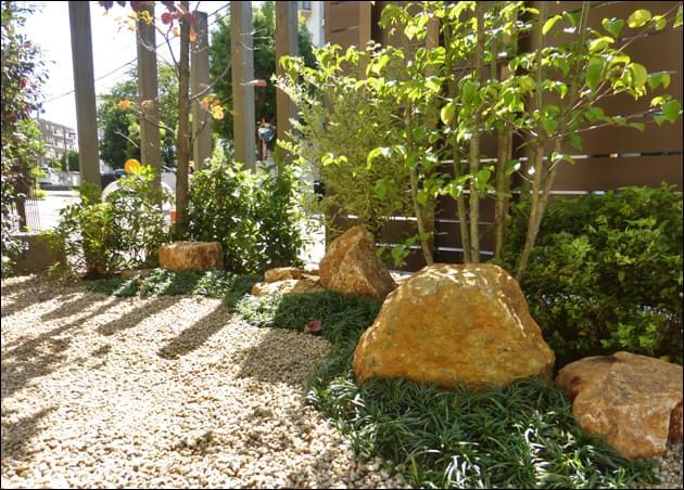 シェードガーデンを明るく見せる洋風庭石