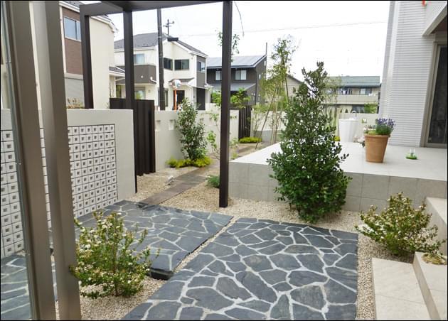 玄関の植栽から繋がる主庭の植栽風景