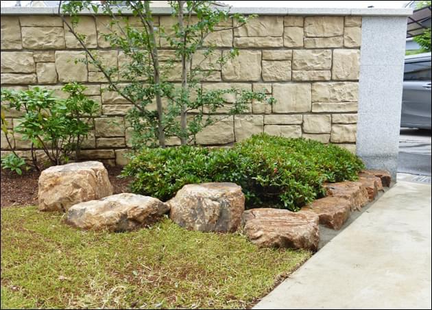 芝生と庭石、低木が見せる立体感