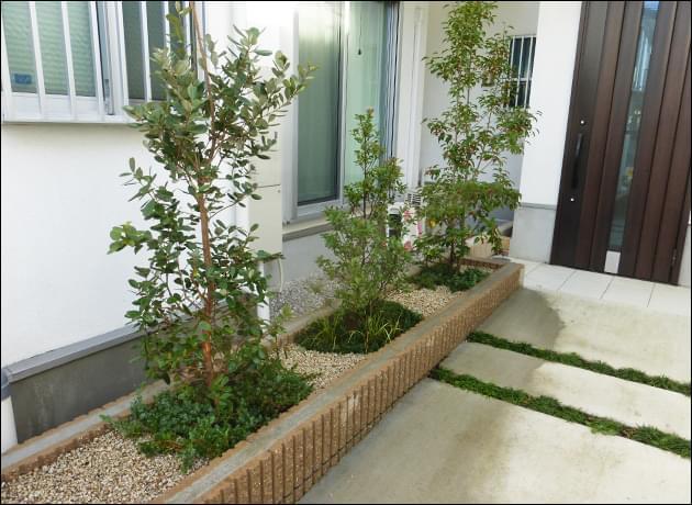 玄関前の小さな花壇への目隠し植栽