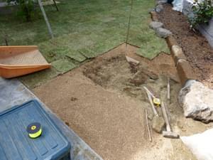用土を敷き込みながら芝生を植え付け