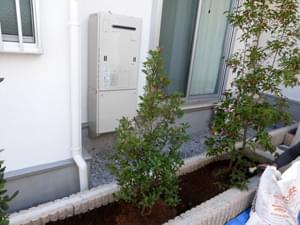 給湯器前は背の低い植木を