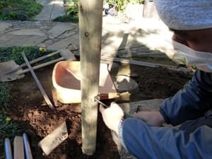 枝折り戸を掛ける金具の打ちつけ