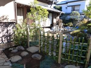 枝折り戸と四つ目垣(外側より)