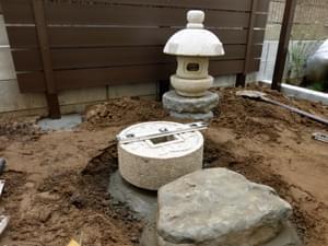手水鉢と前石