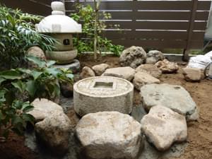 役石を小石で組みつけます