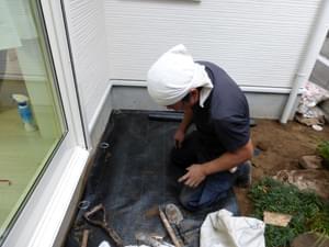 庭の隅々まで防草シートを敷き込みます。