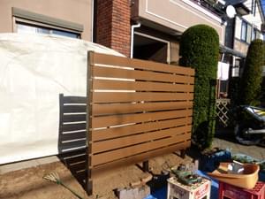 片方のフェンス材取り付け完了