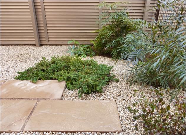 植木の隙間など隅々まで雑草対策を