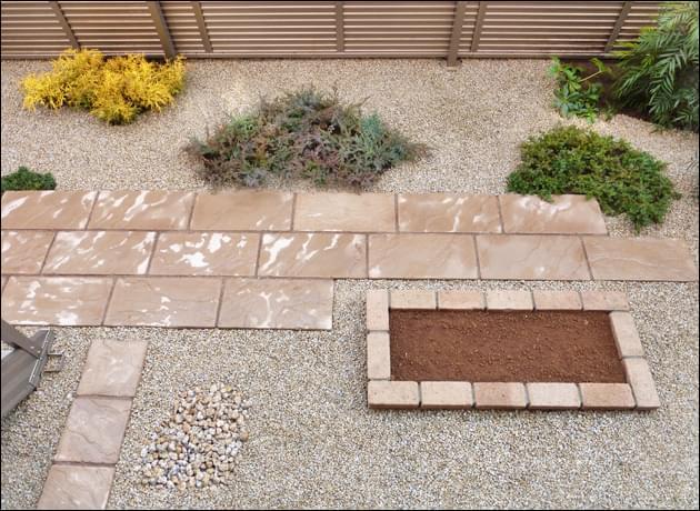 お庭の主役となる位置へ施工した花壇