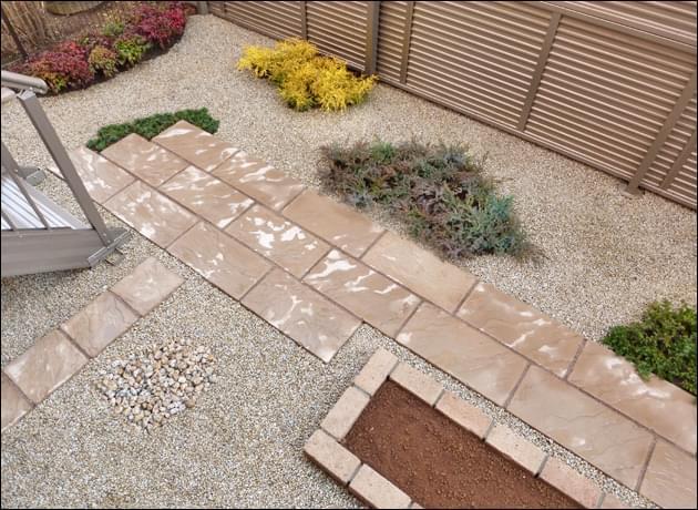 隣地境界を含むお庭の全景
