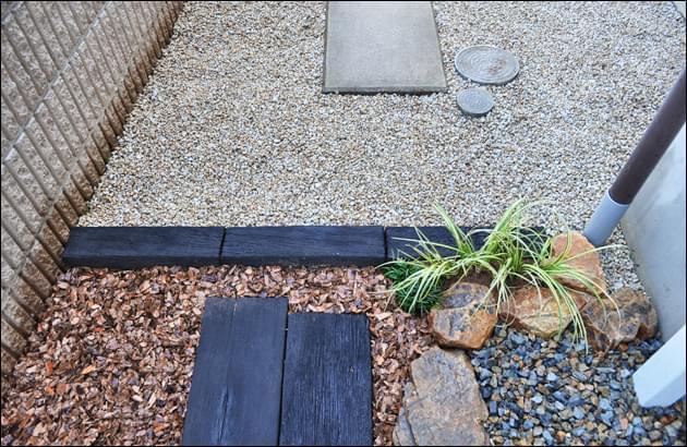 駐車スペースとの区切りの木質感ある縁石