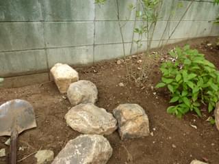 土留めの庭石組み